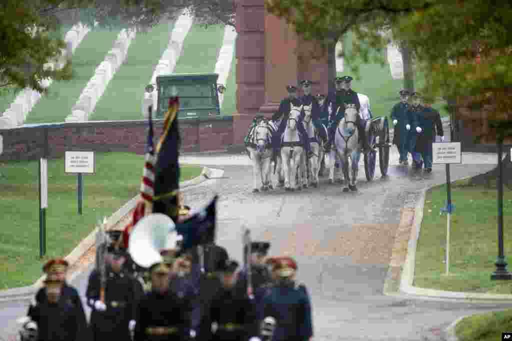 제 2차 세계대전 당시 실종됐던 미 공군 윌리엄 O. 파일 대위의 유해가 최근 버지니아주 알링턴 국립묘지에 묻혔다. 미 육군 제 3 보병 연대 의장대에 이어 관을 실은 마차가 행진하고 있다.