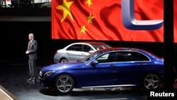 2014年4月20日奔驰公司负责大中国区的哈伯特斯.特罗斯卡北京展示梅赛德斯 - 奔驰C级轿车