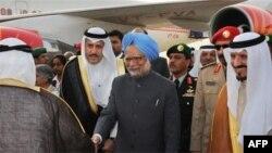 Nghi thức đón tiếp Thủ tướng Ấn Ðộ Manmohan Singh tại phi trường King Khalid International Airport ở Riyadh, Ả Rập Saudi, ngày 27 tháng 2, 2010