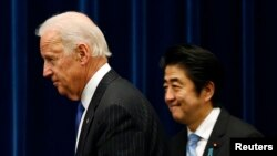 U.S. Vice President Joe Biden and Japanese Prime Minister Shinzo Abe arrive at joint news conference following talks, Tokyo, Dec. 3, 2013.