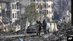Lực lượng quân đội Syria và những tay súng thân chính phủ tại quận Ansari, Tây Aleppo, Syria, ngày 23 tháng 12 năm 2016.