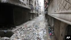 叙利亚儿童在阿勒颇街道上行走 (2016年2月12日)