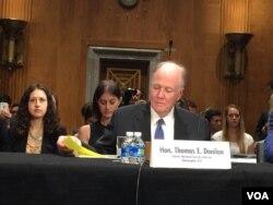 前国家安全顾问多尼隆在听证会上作证 (美国之音莉雅拍摄)