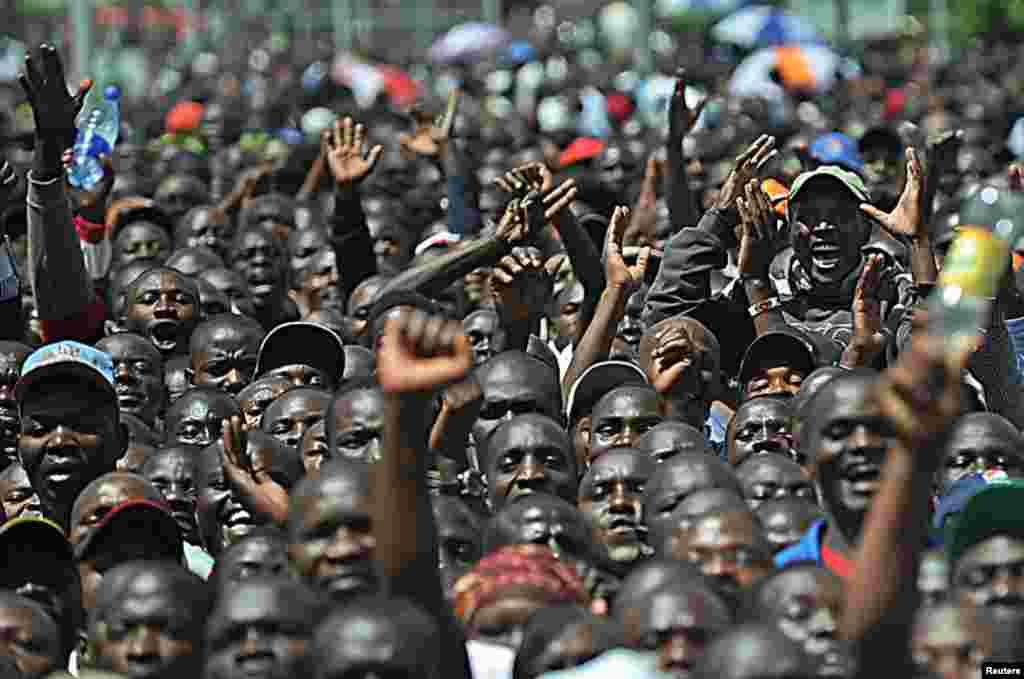 Watu wahudhuria mkutano wa hadhara ulofanywa na waziri mkuu Riala Odinga Kisumu