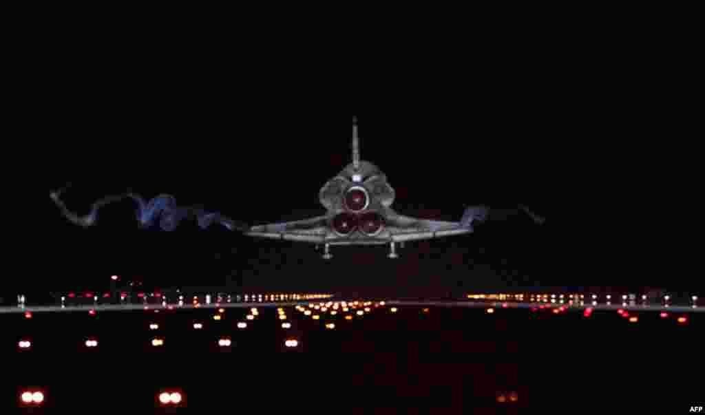 21 Tháng Bảy: Tàu con thoi Atlantis đáp tại Trung tâm Không gian Kennedy ở Mũi Canaveral, bang Florida. REUTERS / Pierre Ducharme