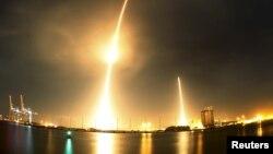 """这张照片把美国民营""""太空探索科技公司""""(SpaceX)星期一发射""""猎鹰""""9号火箭(左)的景象和火箭第一级推进器返回地面回收地点(右)的景象放在一起展示。"""