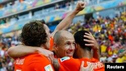 23일 브라질 상파울루에서 열린 월드컵 네덜란드와 칠레의 경기에서 네덜란드 선수들이 2번째 득점을 올린 후 기뻐하고 있다. 네덜란드 3전 전승, 조 1위로 16강에 진출했다. 칠레도 16강에 올랐다.
