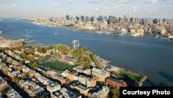 在纽约哈德逊河畔,史蒂文斯理工学院校区与纽约市曼哈顿隔河相望(Jeffrey Vock Photography)