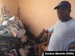 Séraphin Ondele présentant les armes déjà collectées dans le Pool, au Congo-Brazzaville, le 23 septembre 2018. (VOA/Arsène Séverin)
