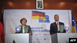 ліворуч: Канцлер Німеччини Анґела Меркель під час зустрічі з прем'єром Косова Хашимом Тачі
