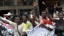 Abalandeli be Women of Zimbabwe Arise (WOZA) benza abakujayeleyo ezitaladini zeBulawayo.
