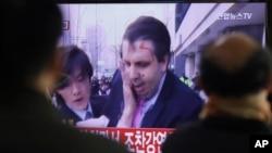 Južnokorejci gledaju televizijski izvještaj o napadu na američkog ambasadora Marka Liperta
