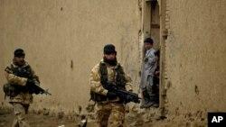 英国军人在阿富汗首都喀布尔郊外巡逻