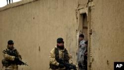 英國軍人在阿富汗首都喀布爾郊外巡邏