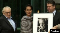 ေဒၚေအာင္ဆန္းစုၾကည္ Willy Brandt ဆုကို လက္ခံရယူ။