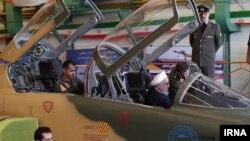 Televiziya ilə yayımlanan video görüntülərdə İran prezidenti Həsən Ruhani qırıcı təyyarənin pilot kabinəsinə oturub.