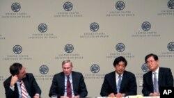 워싱턴 미국평화연구소(USIP)에서 열린 '미-한-일 3자 협력대화' 포럼에 참석한 전문가들, 스티븐 해들리 전 국가안보 보좌관(왼쪽에서 두번째)