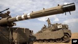 Binh sĩ và xe tăng của Israel tại biên giới giáp Dải Gaza.