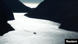 新西蘭米爾福德峽灣上的遊船 (資料照片)