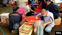 11.000 butir telur rebus disiapkan di dapur umum Pemkot Surabaya selama pandemi virus corona (foto Petrus Riski-VOA)