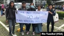 Kelompok solidaritas Agni berunjuk rasa di sekitar lokasi wisuda UGM, meminta kampus mengeluarkan HS, pelaku pelecehan seksual terhadap Agni. (Foto: VOA/Rio Tuasikal)