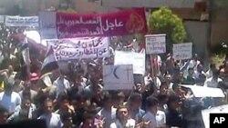 ພວກປະທ້ວງຕໍ່ຕ້ານລັດຖະບານຊີເຣຍ ໂຮມຊຸມນຸມກັນທີ່ເມືອງ Kafr Nabl ໃນພາກຕາເວັນອອກສຽງເໜືອຂອງ ປະເທດ (3 ມິຖຸນາ 2011)