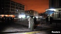 星期五肯尼亞首都內羅畢一個清真寺外發生爆炸後﹐警察正檢查爆炸現場