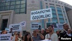 حامیان دانشجویان متهم دانشگاه بسفر، از جمله خانواده های آنها، در مقابل ساختمان دادگاه در استانبول تجمع کردند.