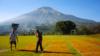 Petani menjemur tembakau mereka di Lapangan Kledung, Temanggung, Jawa Tengah. (Foto: VOA/Nurhadi Sucahyo)