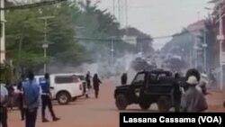 Polícia usa gás lacrimogéneo para dispersar manifestantes em Bissau, Guiné-Bissau