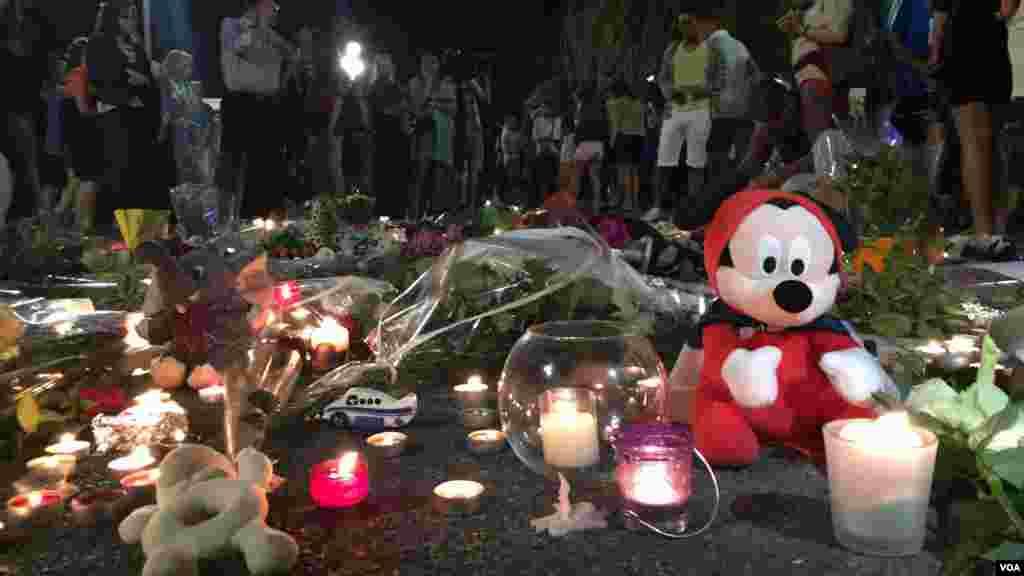 عروسکهای زیادی به یاد کودکان کشته شده در محل حادثه گذاشته شده است