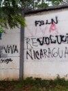 """Una pared con un mensaje que alguna vez decía en español """"resiste Nicaragua"""", fue pintado con otro que ahora dice """"viva la revolución nicaragüense"""", en Managua, Nicaragua, el jueves 17 de junio de 2021."""