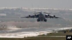 ამერიკული თვითმფრინავი თურქეთის ავიაბაზიდან მიფრინავს.