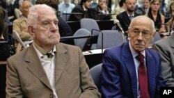 Les anciens dictateurs argentins, Jorge Rafael Videla (droite), et Reynaldo Benito Antonio Bignone, lors de leur procès pour crimes contre l'humanité; Buenos Aires, Argentine, 28 février 2011