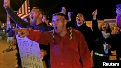 波士頓居民反對馬拉松爆炸案嫌疑人塔梅爾蘭.薩納耶夫在當地下葬