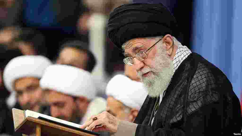 """در روزهای ماه رمضان، رهبر جمهوری اسلامی ایران میزبان نشستی با قاریان به نام """"محفل انس با قرآن کریم"""" است."""