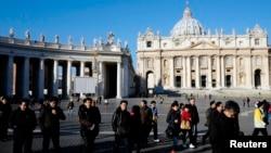 19일 바티칸 성 베드로 광장을 방문한 관광객들.