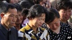 Gia đình nạn nhân vụ tai nạn trong một cuộc họp ở thủ đô Bình Nhưỡng, nơi các quan chức cấp cao xin lỗi và nhận trách nhiệm, ngày 17/5/2014.