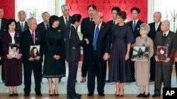 Presiden Amerika Serikat Donald Trump (keempat dari kanan), berjabat tangan dengan Perdana Menteri Jepang Shinzo Abe, saat bertemu dengan keluarga Jepang yang diculik oleh Korea Utara di Tokyo, Senin, 6 November 2017. Dari kiri di barisan depan: Hitomi Soga, Shigeo Iizuka, istri Abe, Akie, Abe, Trump, ibu negara AS Melania, Sakie Yokota dan Akihiro Arimura.