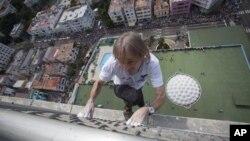 Con 50 años, Alain Robert se ha hecho famoso escalando a mano limpia los edificios más altos del mundo.