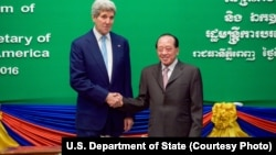 U.S. Secretary of State John Kerry, left, shakes hands with Cambodian Foreign Minister and Deputy Prime Minister Hor Namhong before a bilateral meeting at the Ministry of Foreign Affairs in Phnom Penh, Cambodia, Jan. 26, 2016.