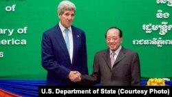 លោក John Kerry រដ្ឋមន្ត្រីការបរទេសសហរដ្ឋអាមេរិក ចាប់ដៃជាមួយលោក ហោ ណាំហុង រដ្ឋមន្ត្រីការបរទេសកម្ពុជា នៅមុនកិច្ចប្រជុំទ្វេភាគីនៅក្រសួងការបរទេសកម្ពុជានៅរាជធានីភ្នំពេញកាលពីថ្ងៃអង្គារទី២៦ ខែមករា ឆ្នាំ២០១៦។