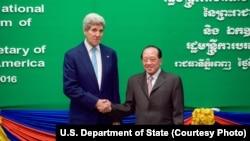 在柬埔寨首都金边,美国国务卿克里与柬埔寨副总理兼外长何南宏握手。