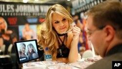 یکی از ستاره های پورن در حال دادن امضا به یکی از طرفداران خود در نمایشگاهی در لاس وگاس آمریکا
