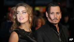La actriz Amber Heard declaró que Deep la abusaba física y emocionalmente durante el tiempo que duró su matrimonio.