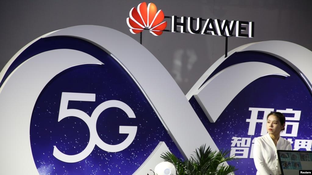 在北京国际信息通信展览会上的华为展位显示5G技术。(2018年9月28日)