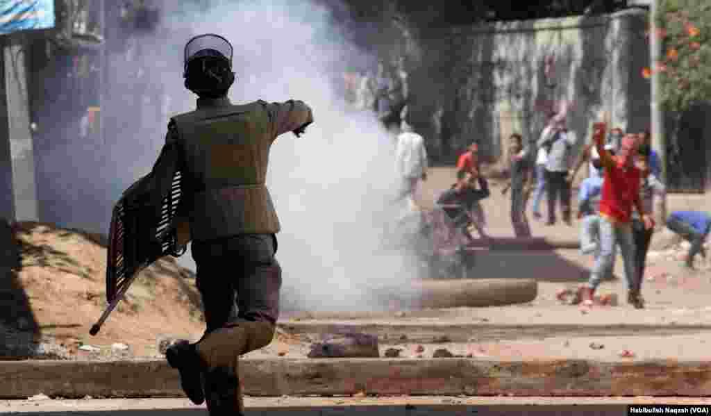 بھارت کے زیر انتظام کشمیر میں سکیورٹی فورسز اور مظاہرین کے درمیان جھڑپیں روز کا معمول بن گیا ہے۔