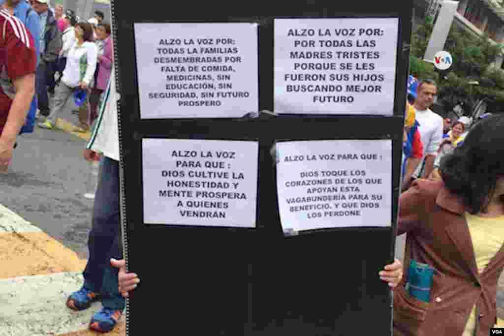 En la avenida Francisco de Miranda, en Caracas, decenas de manifestantes salen a las calles portando letreros como éste en el que explica por qué alzan sus voces.