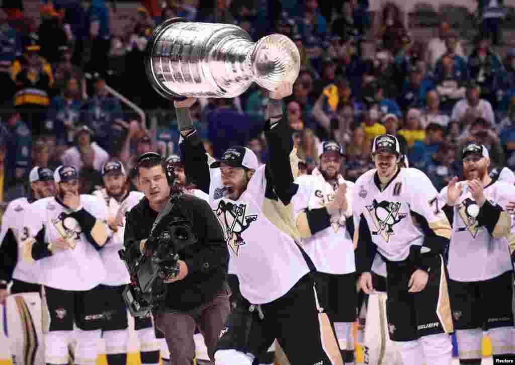 កីឡាករ Matt Cullen (លេខ៧) នៃក្រុម Pittsburgh Penguins លើកពានរង្វាន់ Stanley Cup បន្ទាប់ពីយកជ័យជម្នះលើក្រុម San Jose Sharks នៅក្នុងការប្រកួតហ្គេមទីប្រាំមួយនៃការប្រកួតពានរង្វាន់កីឡាហុកឃីលើទឹកកក Stanley Cup Final 2016 នៅឯមជ្ឈមណ្ឌល SAP ក្នុងក្រុង San Jose។