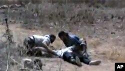 21일 부상자를 부축하는 홈스 시 주민들. (시민제보 동영상 화면)